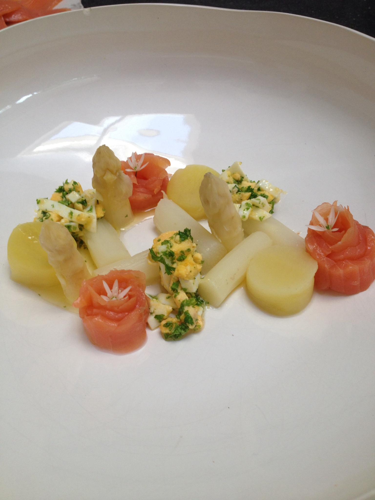 """Iedereen heeft al wel eens """"asperges op Vlaamse wijze"""" gegeten. Super lekker! Serveer het eens op deze manier , succes verzekerd!"""